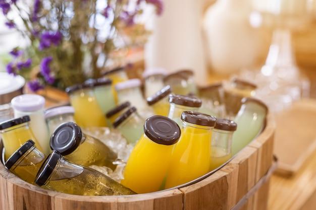 Ligne de buffet de petit-déjeuner bio crue, bouteille de boisson put in juice, prête à boire Photo Premium