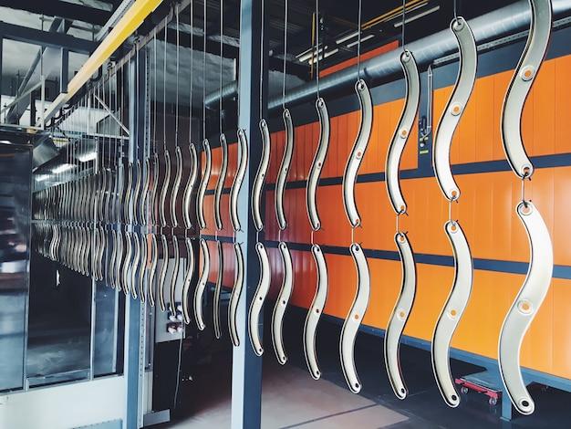 Ligne de convoyage industriel à l'usine pour les pièces métalliques. prétraitement de la surface des pièces et des pièces de peinture avec de la peinture en poudre. Photo Premium