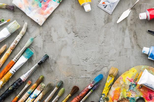 Ligne de crayon sale vue de dessus avec du matériel de peinture Photo gratuit