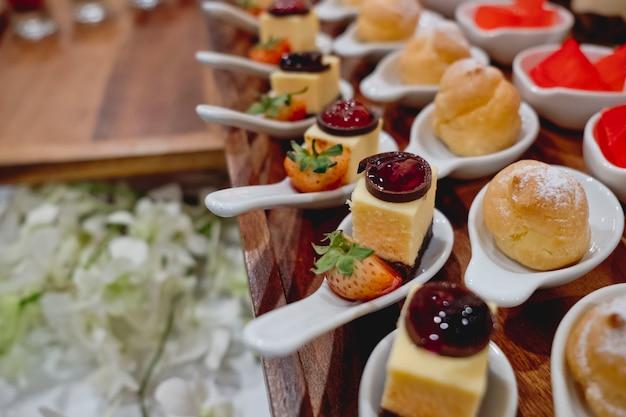 Ligne de desserts traiteur en cérémonie de mariage Photo Premium