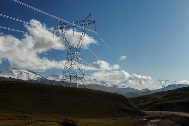 Ligne électrique Du Pylône électrique Dans Les Montagnes Du Kirghizistan Photo Premium