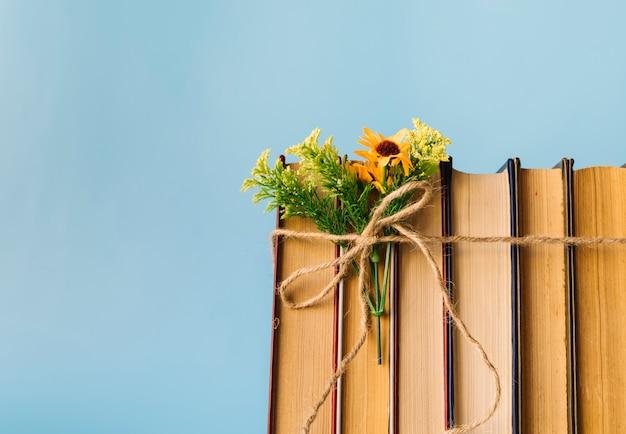 Ligne de livre vue de face avec des fleurs Photo gratuit