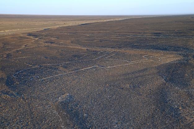 Les lignes de nazca appelées los manos (les mains) vues depuis la plate-forme d'observation dans le désert de nazca Photo Premium