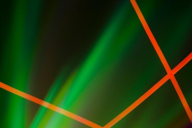 Lignes de néon rouges sur fond sombre éclairé de vert Photo gratuit