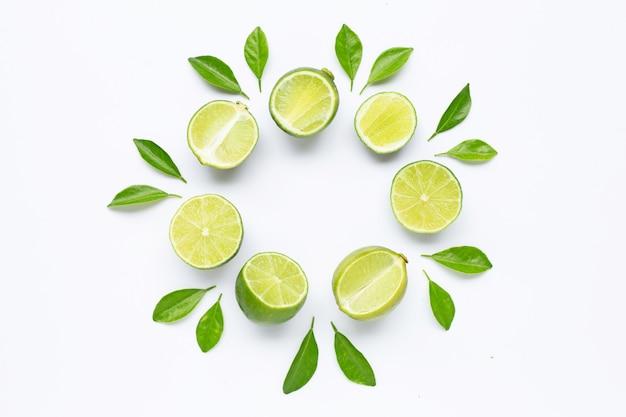 Limes avec des feuilles isolés sur blanc. Photo Premium