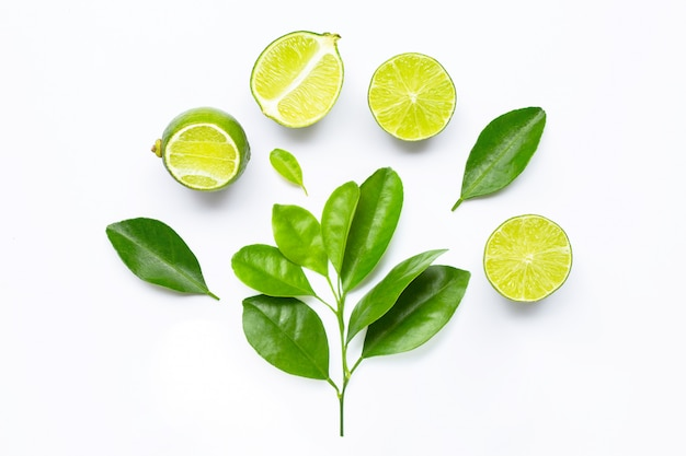 Limes fraîches avec des feuilles isolés sur blanc Photo Premium