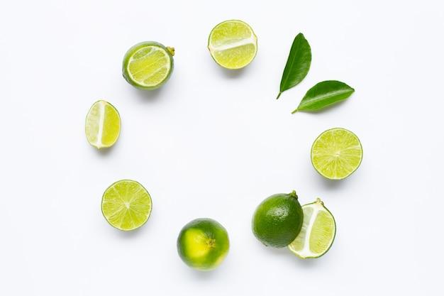 Limes fraîches avec des feuilles Photo Premium