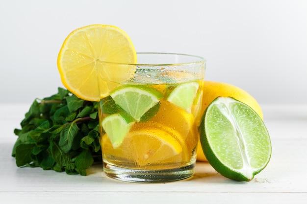 Limonade. boire avec des citrons frais. Photo Premium