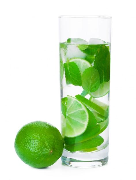 Limonade fraîche froide. isolé Photo Premium