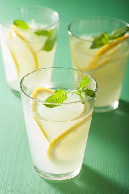 Limonade Fraîche à La Menthe Dans Des Verres Photo Premium