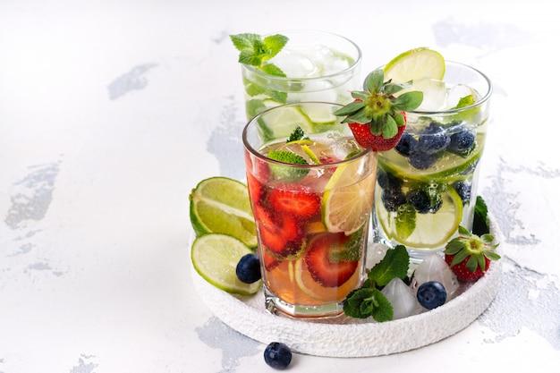 Limonade de fruits d'été et de baies Photo Premium