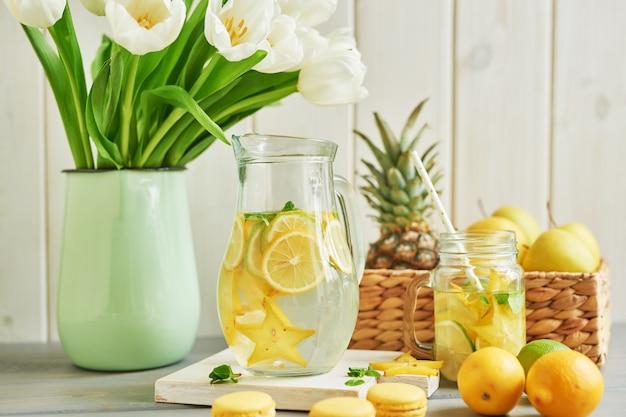Limonade, Macarons Sucrés, Fruits Et Fleurs De Tulipes Photo Premium