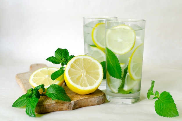 Limonade maison à la menthe, citron et glace Photo Premium
