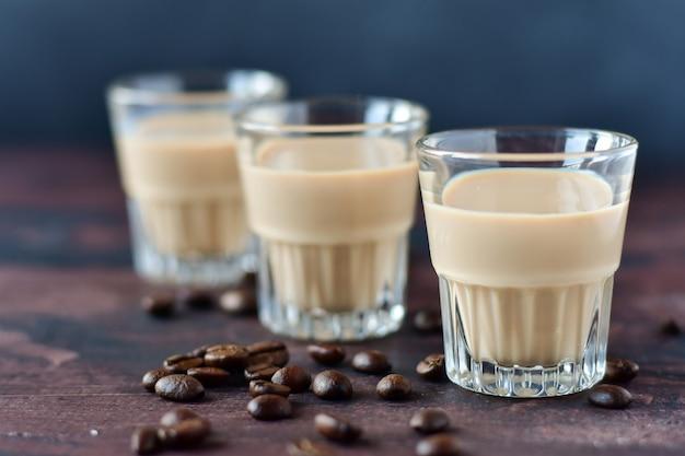 Liqueur De Café Fort Avec Grains De Café Photo Premium