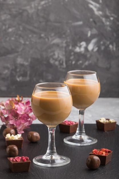 Liqueur De Chocolat Sucré En Verre Et Ardoise En Pierre Noire. Vue De Côté Photo Premium