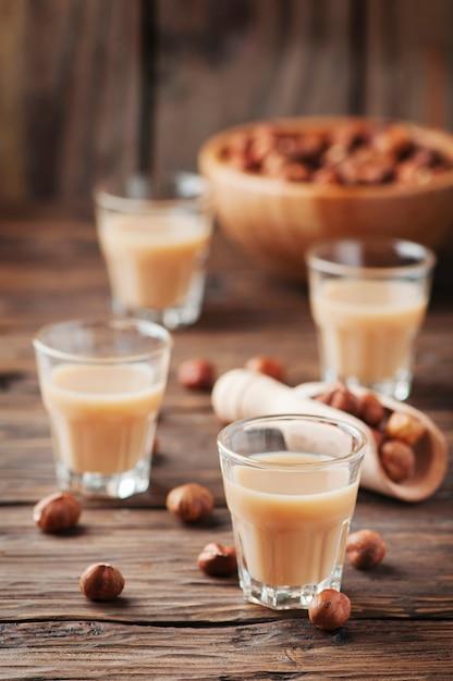 Liqueur De Noisette Italienne Traditionnelle Sur La Table En Bois Photo Premium