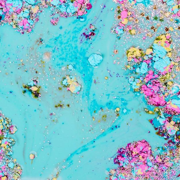 Liquide bleu clair mélangé avec des étoiles ornementales et des morceaux brillants Photo gratuit