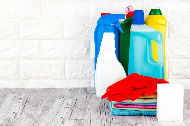 Liquide, pâte, gel dans des récipients en plastique. pinceau, éponge, serviette en microfibre et gants en caoutchouc rouge Photo Premium