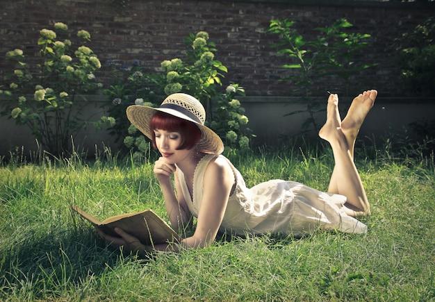 Lire Un Livre Dans Le Jardin Photo Premium