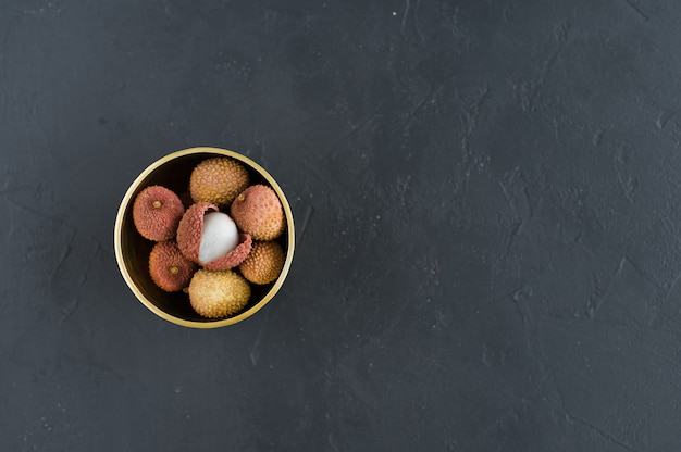 Litchi dans un bol d'or. Photo Premium