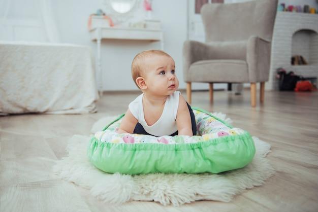 Literie Pour Enfants. Le Bébé Dort Dans Son Lit. Un Petit Bébé En Bonne Santé Photo Premium