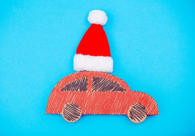 Livraison De Voiture à La Main Rouge Avec Chapeau De Noël Photo Premium