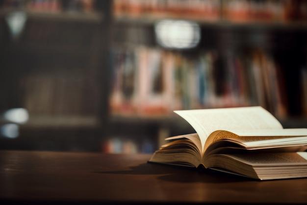 Livre En Bibliothèque Avec Manuel Ouvert Photo gratuit