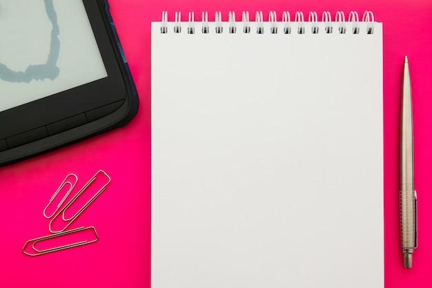 Livre blanc bloc-notes ouvert blanc sur fond de concept avec des fournitures de bureau. Photo Premium