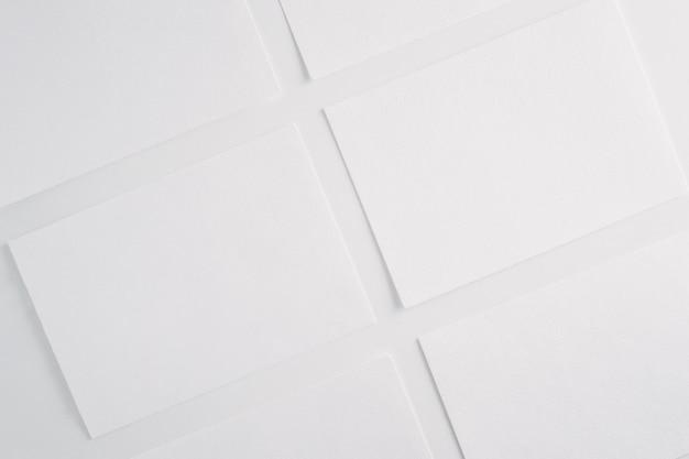 Livre blanc feuilles vierges cartes sur fond blanc. Photo Premium