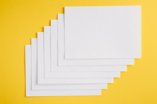 Livre blanc feuilles vierges cartes sur fond jaune Photo Premium