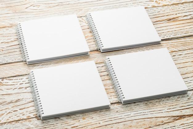Livre blanc maquette sur fond en bois Photo gratuit