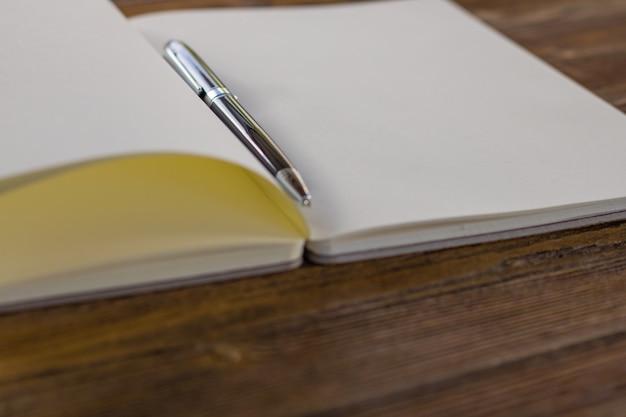 Livre blanc ouvert sur fond de bois Photo Premium