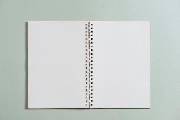 Livre Blanc En Spirale Ouvert Sur Fond Colore Telecharger