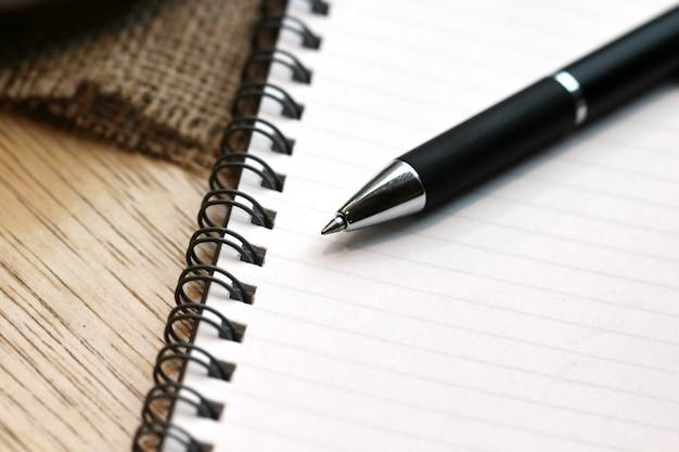 Livre de bureau avec un stylo Photo Premium