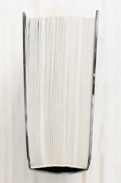 Livre à couverture rigide avec vue de dessus et fond blanc Photo gratuit