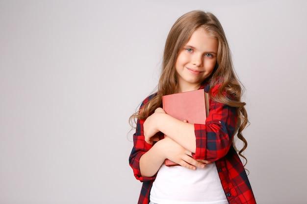 Livre étreignant fille Photo Premium