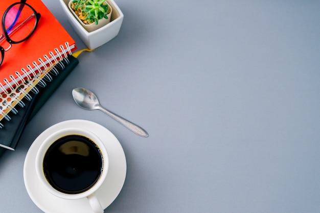 Livre et fond de café noir vue de dessus avec fond, Photo Premium