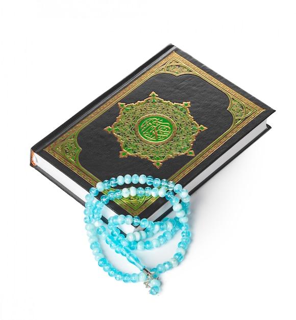 Livre Islamique Saint Coran Et Perles Sur Fond Blanc Photo Premium