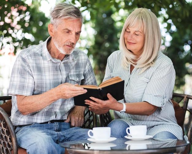 Livre De Lecture De Couple Coup Moyen Photo gratuit