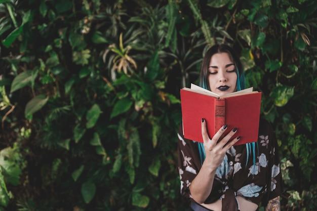 Livre de lecture élégante jeune femme Photo gratuit