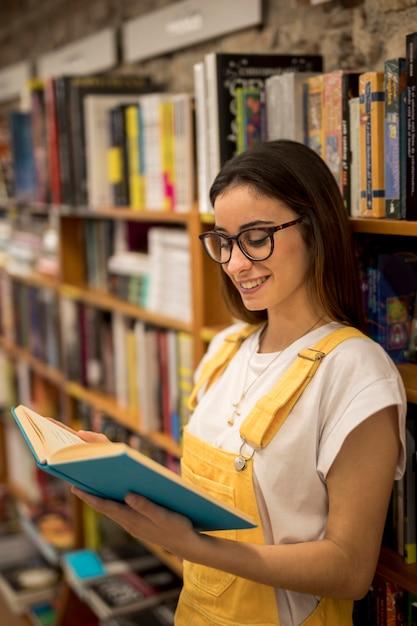 Livre de lecture étudiant adolescent Photo gratuit