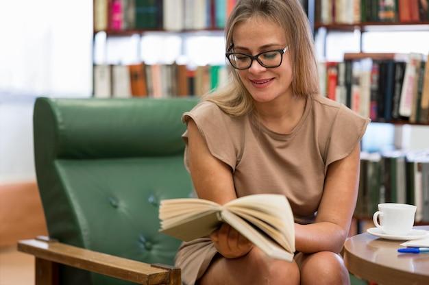 Livre De Lecture Femme Coup Moyen Photo gratuit