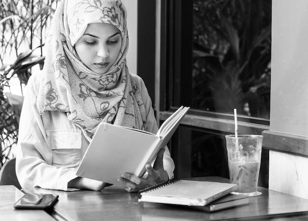 Livre de lecture femme islamique Photo gratuit