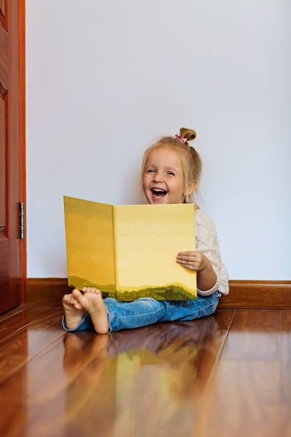 Livre De Lecture De Fille Au Cheveux Blonds à La Maison Photo Premium