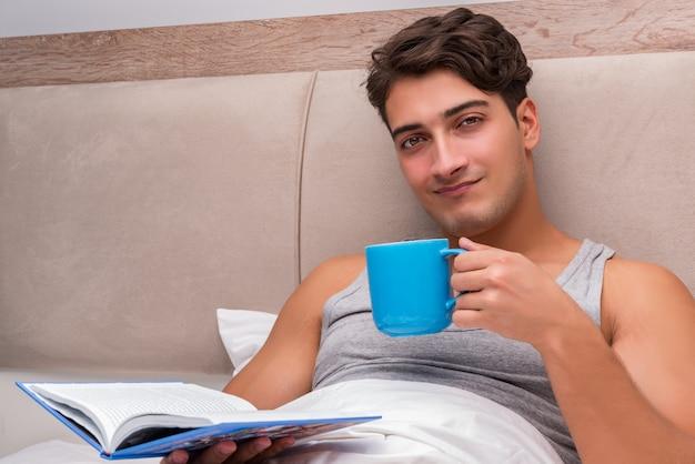 Livre de lecture homme dans le lit Photo Premium