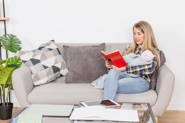 Livre de lecture de mère avec bébé Photo gratuit