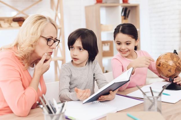 Livre de lecture de petit-fils avec les devoirs de grand-mère Photo Premium