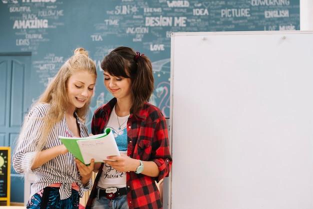 Livre De Lecture Pour Adolescents Au Tableau Blanc