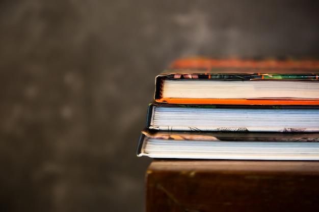 Livre Magazine Empilé Sur Table Photo Premium