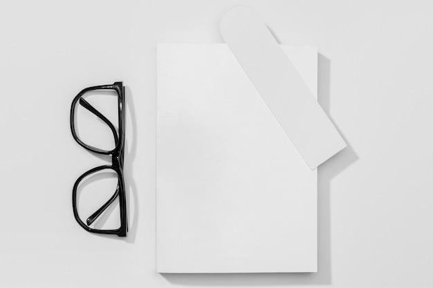 Livre Et Marque-page Avec Des Lunettes De Lecture Photo gratuit